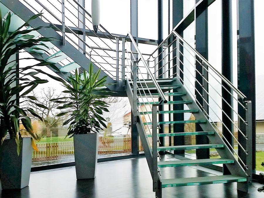 Metalltreppe Fensterfronten Und Metall Treppe Schlafzimmer Holz ...
